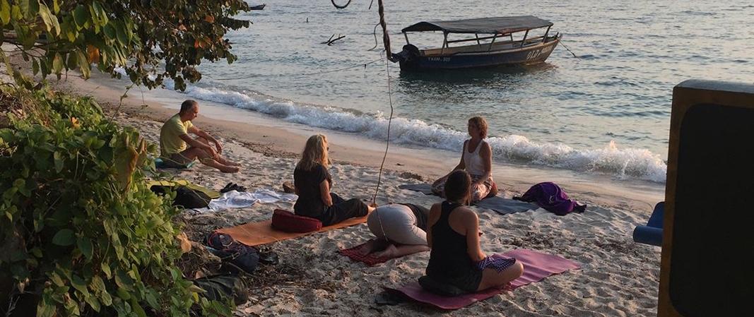 yoga op strand Gombe